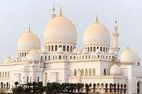 Erleben Sie in Dubai und Abu Dhabi kühne Wolkenkratzer und stimmungsvolle Oasen!