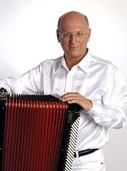 Der Akkordeonvirtuose Alexandre Bychtkov spielt Werke von Galliano und Marocco