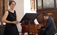 Ina Schabbon (Sopran) und Christoph Bogon (Tasteninstrumente) gestalten Marktmusik in Schopfheim