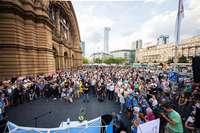 Hunderte Menschen gedenken des getöteten Achtjährigen in Frankfurt