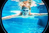 Wieso sieht man unter Wasser ohne Taucherbrille unscharf?