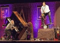 Gogol & Mäx geben Vorstellung in Laufenbug/Schweiz