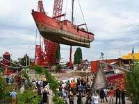 Fotos: Ein 550 Tonnen schweres Schiff wird in Basel aus dem Rhein an Land gehoben