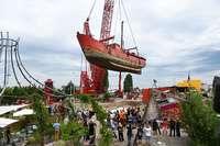 Kran holt ein 550 Tonnen schweres Schiff in Basel aus dem Rhein