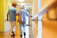 Für die Pflege der Eltern soll nur zahlen, wer mehr als 100.000 Euro verdient