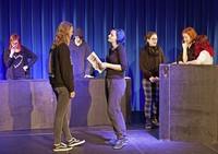 """Schülerinnen und Schüler der Theater AG der Richard-Fehrenbach-Gewerbeschule zeigen ihre Auseinandersetzung mit dem """"Jedermann"""" von Hugo von Hofmannsthal"""