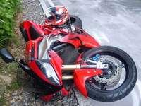 In Lörrach stürzen 2 Zweiradfahrer nach Bremsmanövern