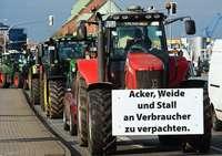 Bauern demonstrieren mit Traktoren gegen die Agrarpolitik