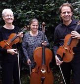 Streich-Trio spielt Bachs Goldberg-Variationen auf dem Stadtfriedhof Weingarten