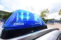 Kran hebt in Rheinfelden Metallstange an – BMW wird getroffen