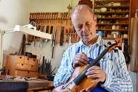 Dieser Geigenbauer behandelt Streichinstrumente mittels Akupunktur