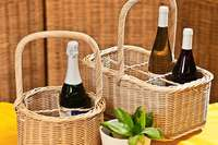 In der Caritas-Werkstätte Haid werden Flaschenkörbe hergestellt