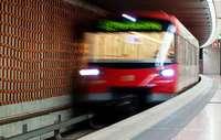 Mann vor U-Bahn gestoßen - lebensgefährlich verletzt