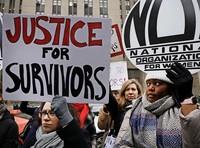 Aktivisten protestieren vor dem Gericht