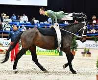 Akrobatik auf dem Pferd als Attraktion der Baden Classics