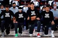 Warum knien die Basketballer nieder?