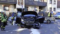 Auto prallt gegen Kirchenmauer in Dinglingen – Fahrer schwer verletzt