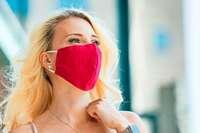 So halten Lippenstift und Make-up unter der Maske