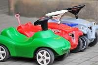 """In der Kita Umkirch fahren Kinder mit Bobbycars in ein """"Corona-Autokino"""""""