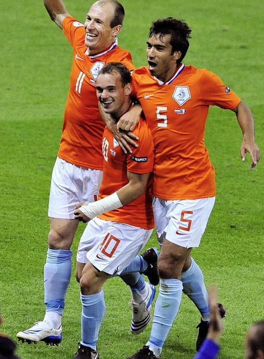 So klein, so gut:  Wesley Sneijder, de...nd Giovanni van Bronckhorst gefeiert.   | Foto: afp