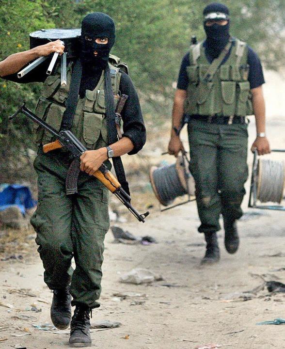 Geordneter Rückzug: Hamas-Kämpfer verl...erstag ihre Position im Gazastreifen.     Foto: dpa