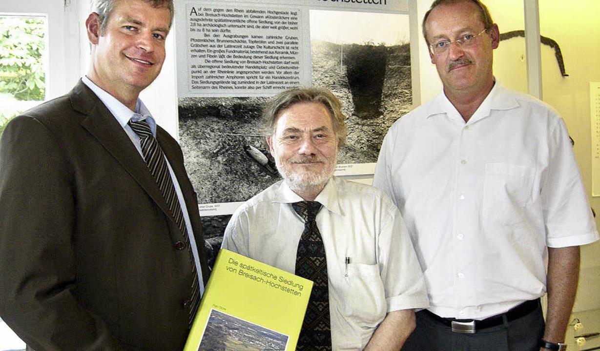 Bürgermeister Oliver Rein (links) und ...keltische Siedlung in Hochstetten vor.    Foto: christine aniol
