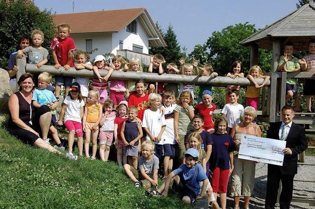 SV-Jugend freuen sich über 2000-Euro-Scheck