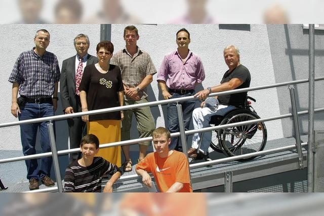 Die neue Rollstuhlrampe als beispielhaftes Gemeinschaftswerk
