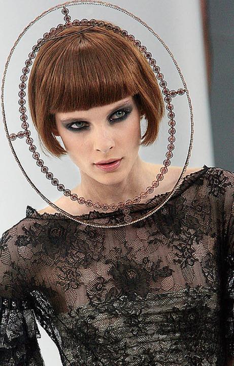 Köpfe im Fokus: Bei Chanel sind sie ei...d bei Dior 50er-Jahre-Hüte (von links)