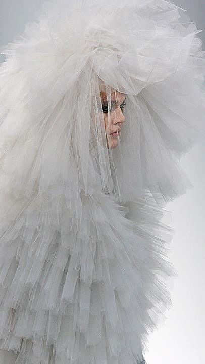 Mit Tüll verhüllt: Braut bei Chanel