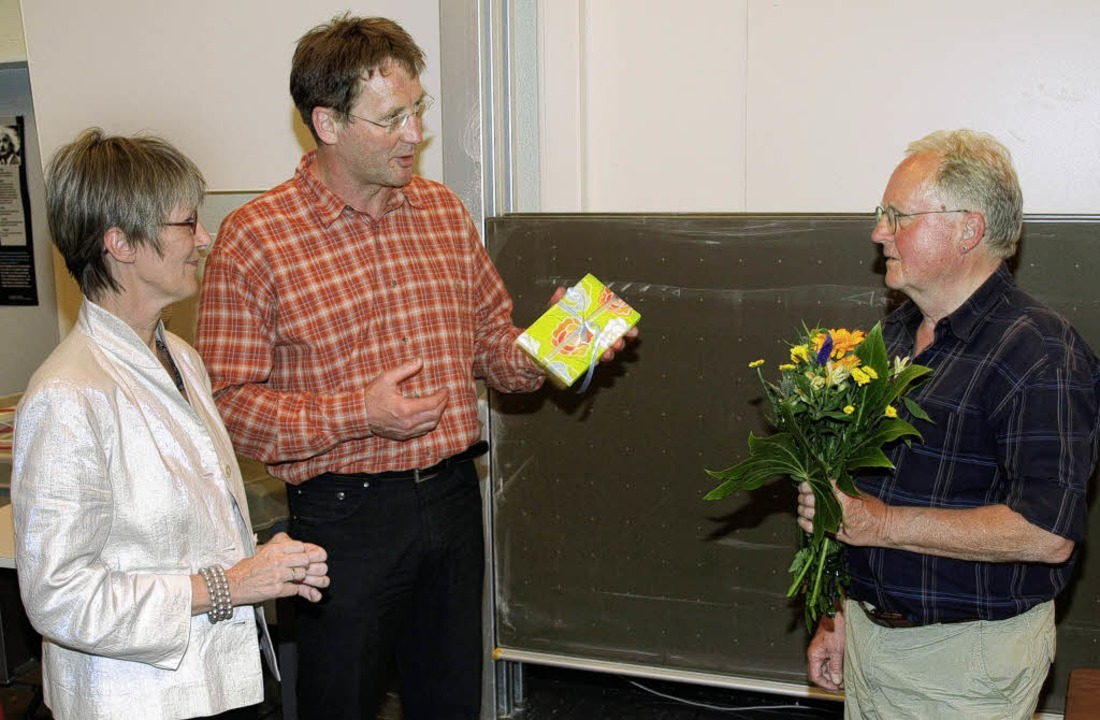 Filmemacher Bodo Kaiser (rechts) stell...edo Koßmann überreichten ein Präsent.     Foto: Marion Pfordt