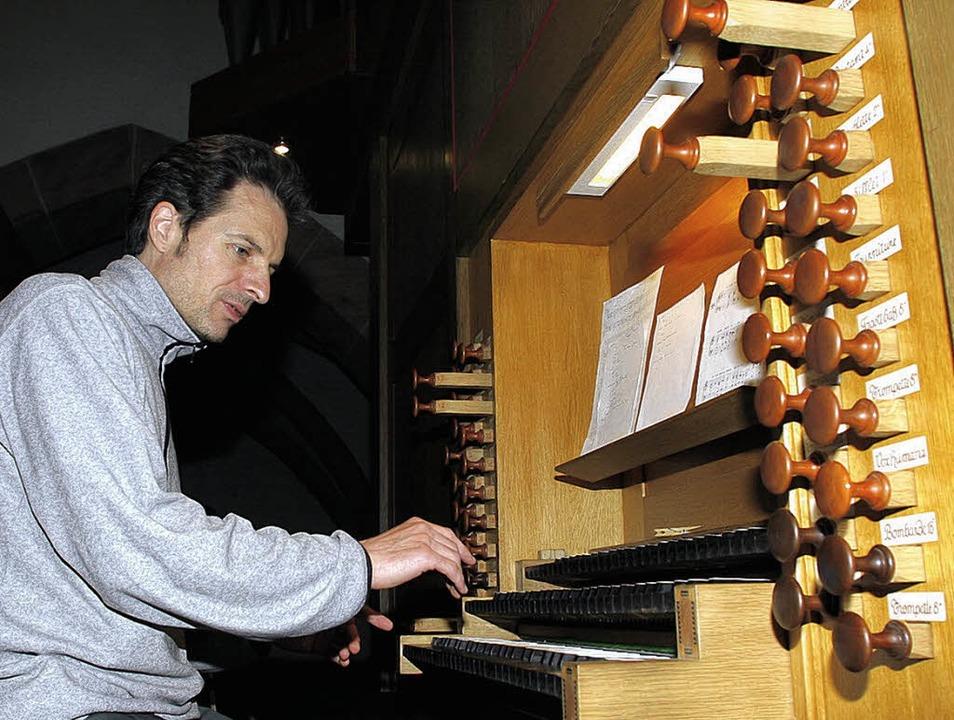 Roy Neumann an der Orgel der Stiftskirche   | Foto: Heidi Fössel