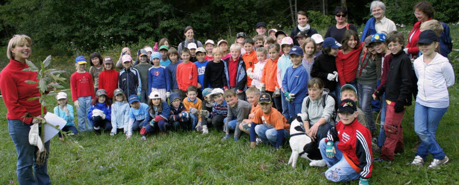 60 Jungen und Mädchen  der Grundschulk...meinderätin Ursula Drescher (links).      Foto: DIETER MAURER