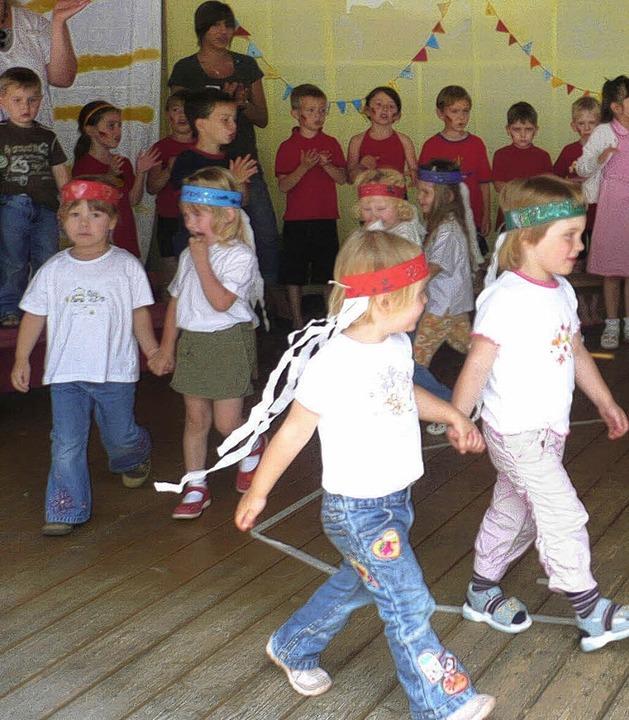 Die Kinder tanzten, die Zuschauer klatschten.   | Foto: Fink