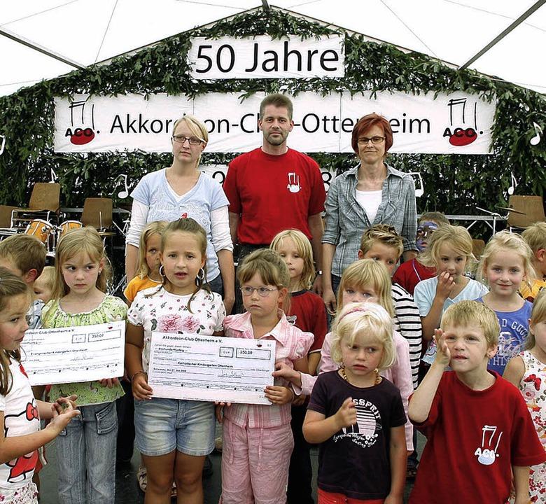 Auch wenn die Kleinen etwas skeptisch ...on  Jens Blümle überreichten Schecks.     Foto: Heidi Fössel