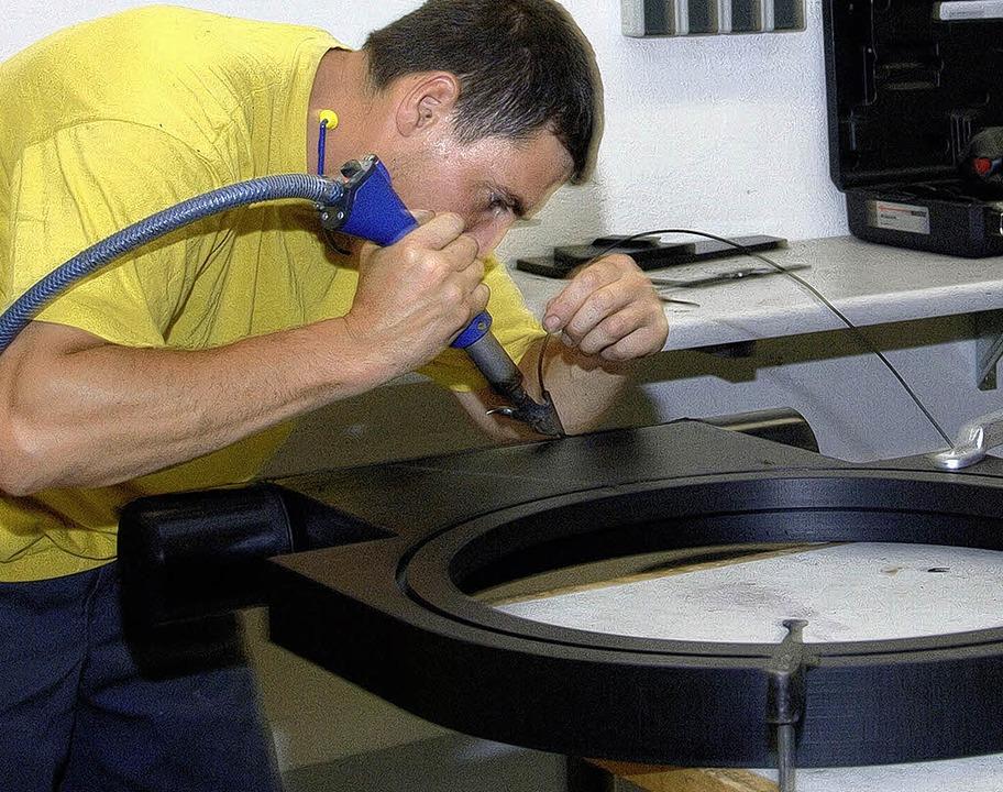 Trotz aller Präzisionstechnik ist hand...offverarbeitung nach wie vor gefragt.   | Foto: Volker Münch