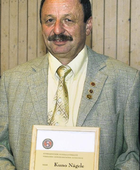 Ehrenmitglied mit Urkunde: Kuno Nägele...) war 27 Jahre Fußball-Schiedsrichter.