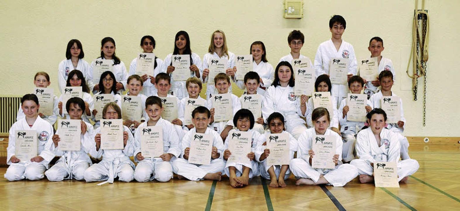 Freuen sich über ihre neuen Gürtel: Die TSG-Karates.   | Foto: Privat