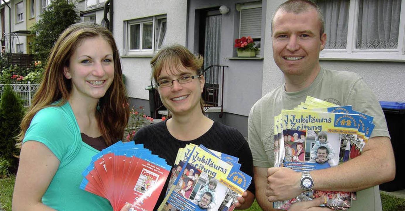 Lisa Keiller, Katja Dubiel und Michel ...iläumszeitung des Kinder-Ferien-Clubs.  | Foto: Privat
