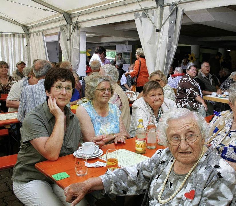 Gemeinsames Mittagessen im vollbesetzten Festzelt          Foto: Ulrike Hiller