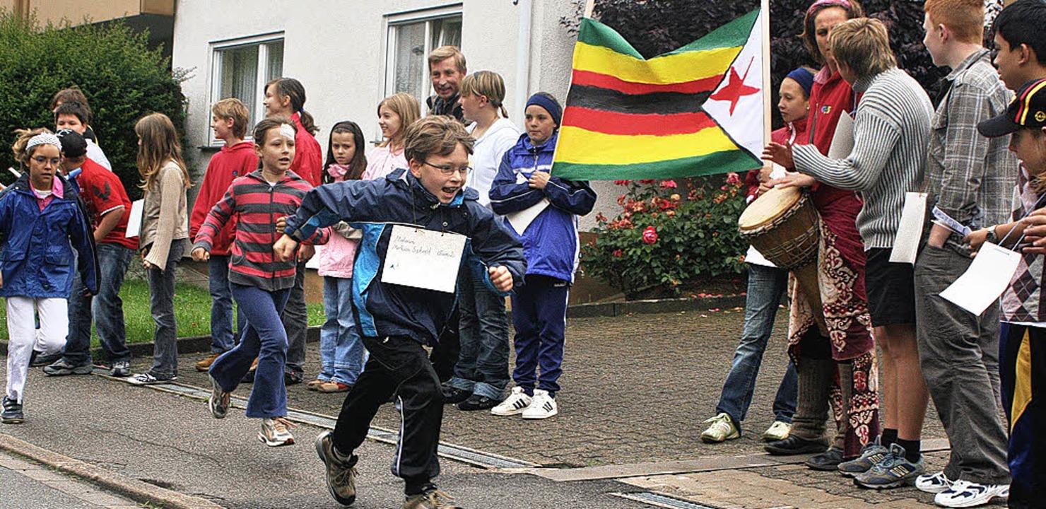 """Rund um die Kirche liefen die Schüler ...d Teil der Aktion """"Tagwerk""""."""