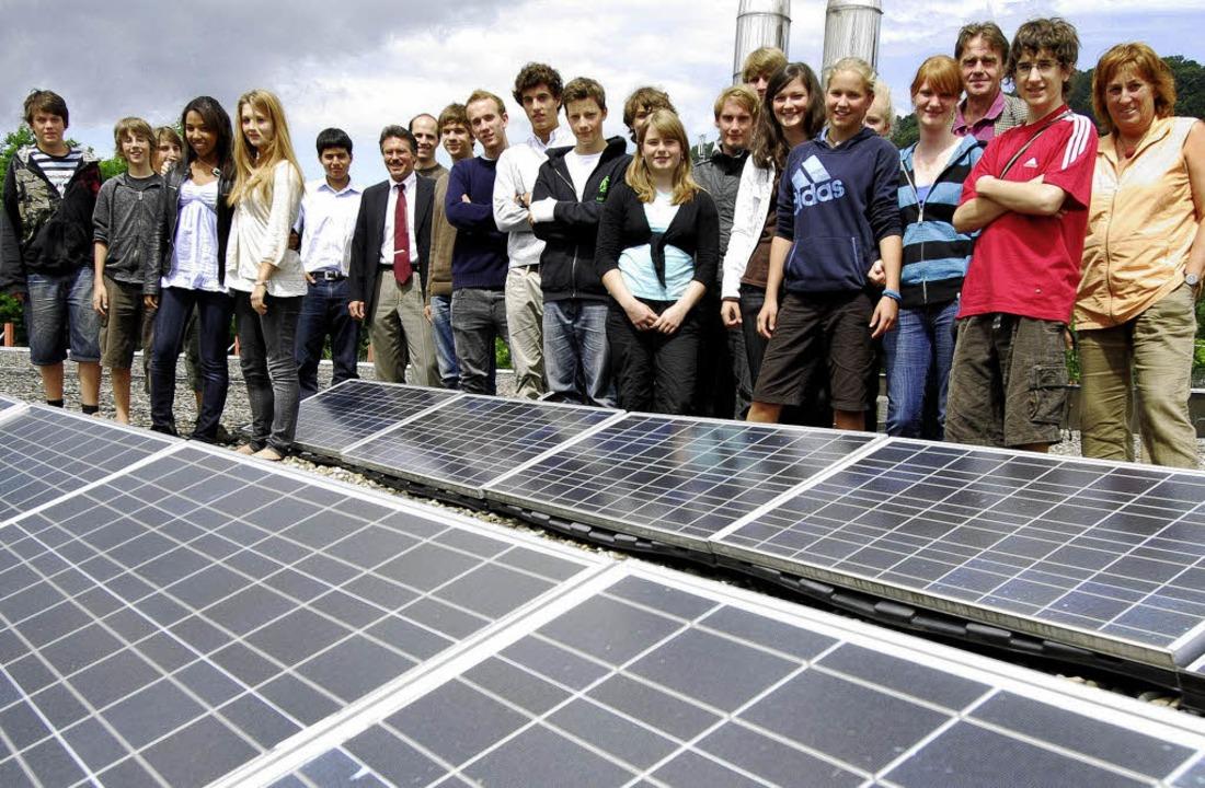 Die  Schülerfirma Scolaire und der För...voltaikanlage auf dem Dach der Schule.    Foto: Michael Bamberger