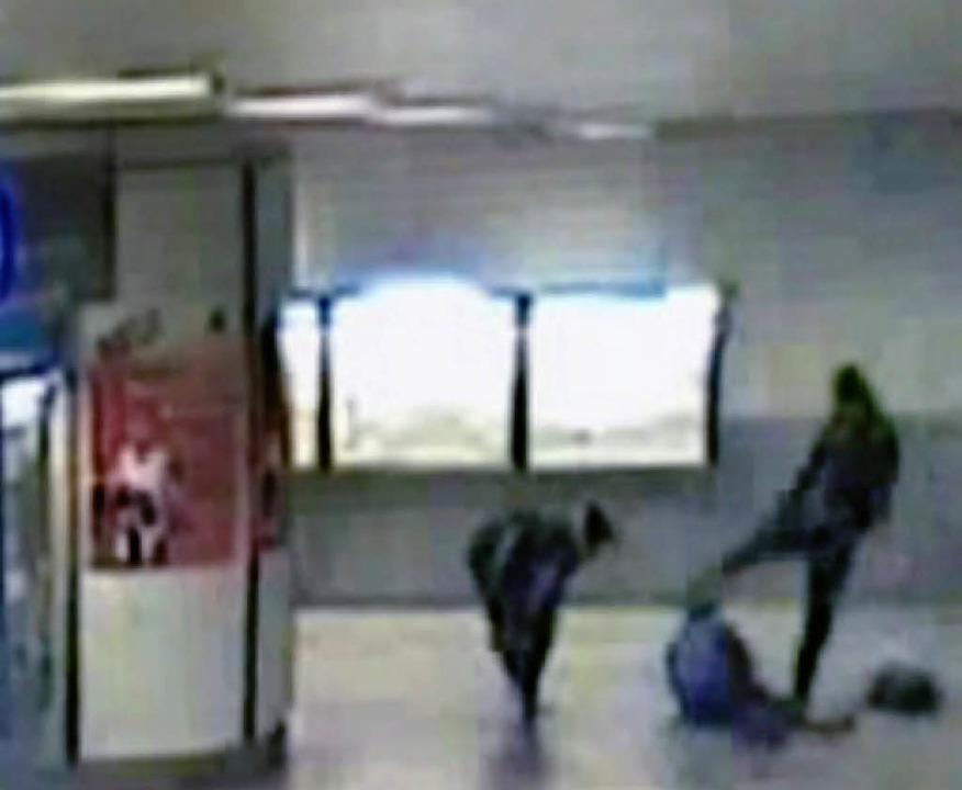 Eine Überwachungskamera hat den Überfall aufgezeichnet.      Foto: dpa