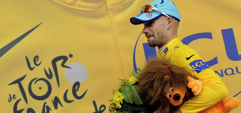 Stefan Schumacher mit den Insignien de...hen Blumen und einem kuscheligen Löwen    Foto: afp