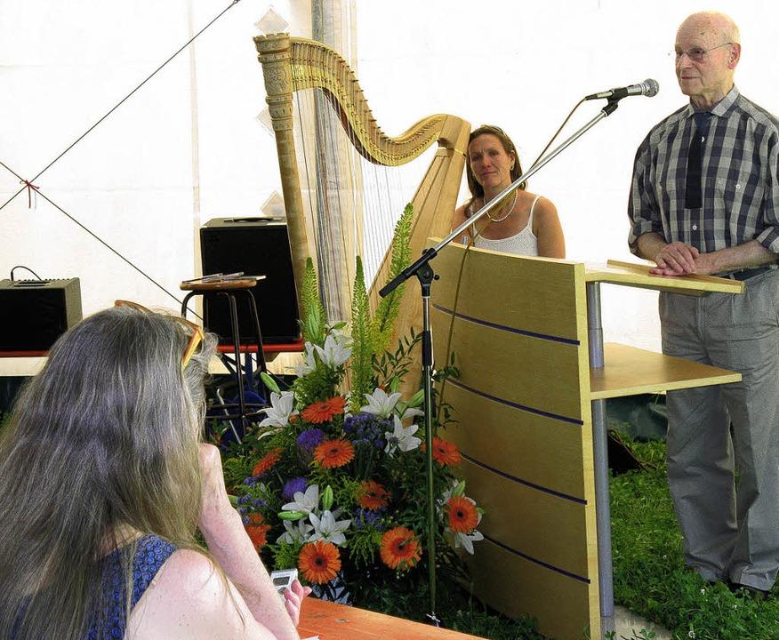 <Bildtext>Der Künstler Emil Wachter be...Harfe spielte Frauke Horn. </Bildtext>  | Foto: Dorothee Möller-Barbian