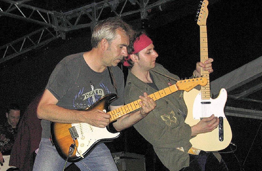 Gitarren-Soli der Stones Tribute Band auf der Open-AIr-Bühne des FC 08 Staufen.   | Foto: Ingeborg Grziwa
