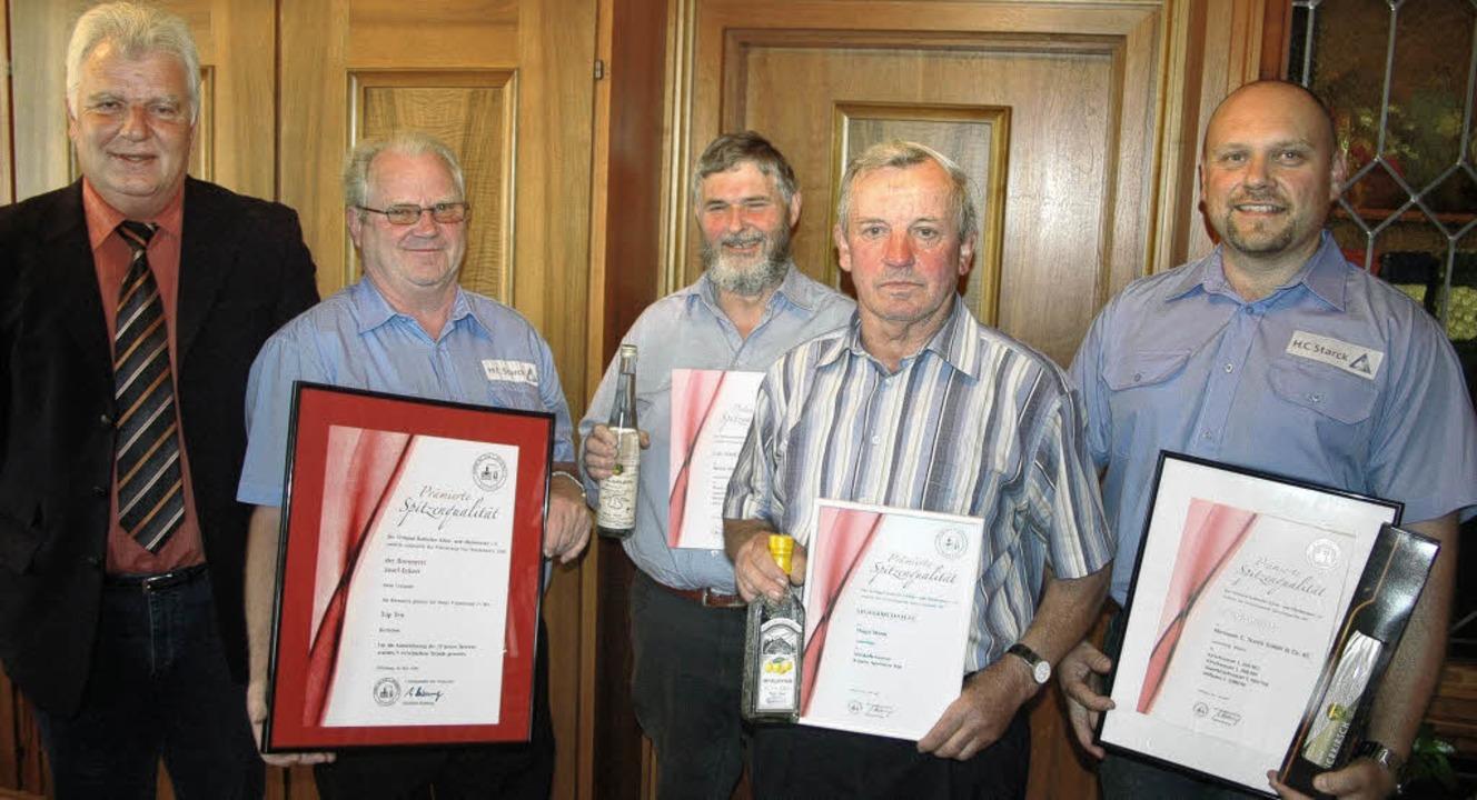 <Bildtext>Glückwunsch: Bürgermeister R...erreicht haben (von links) </Bildtext>  | Foto: FRED THELEN