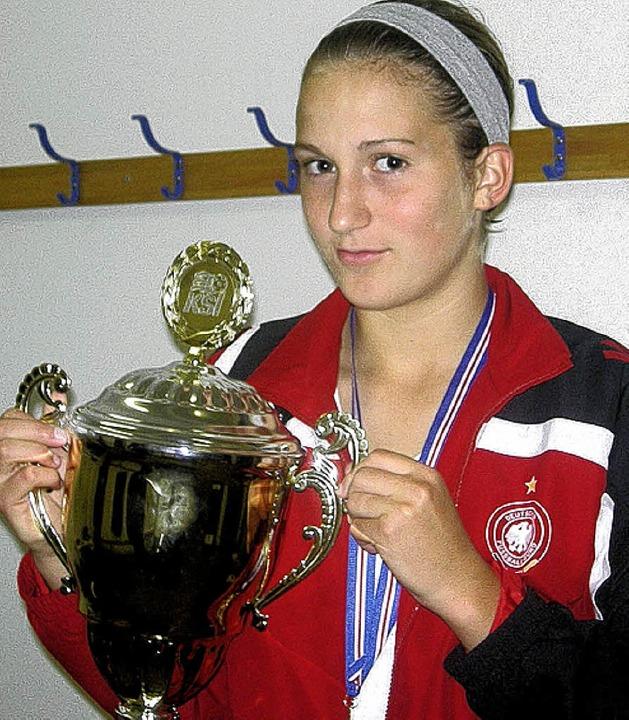 Beide Hände am Siegerpokal: Fußballeri...lmannschaft den Nordic Cup in Island.   | Foto: privat