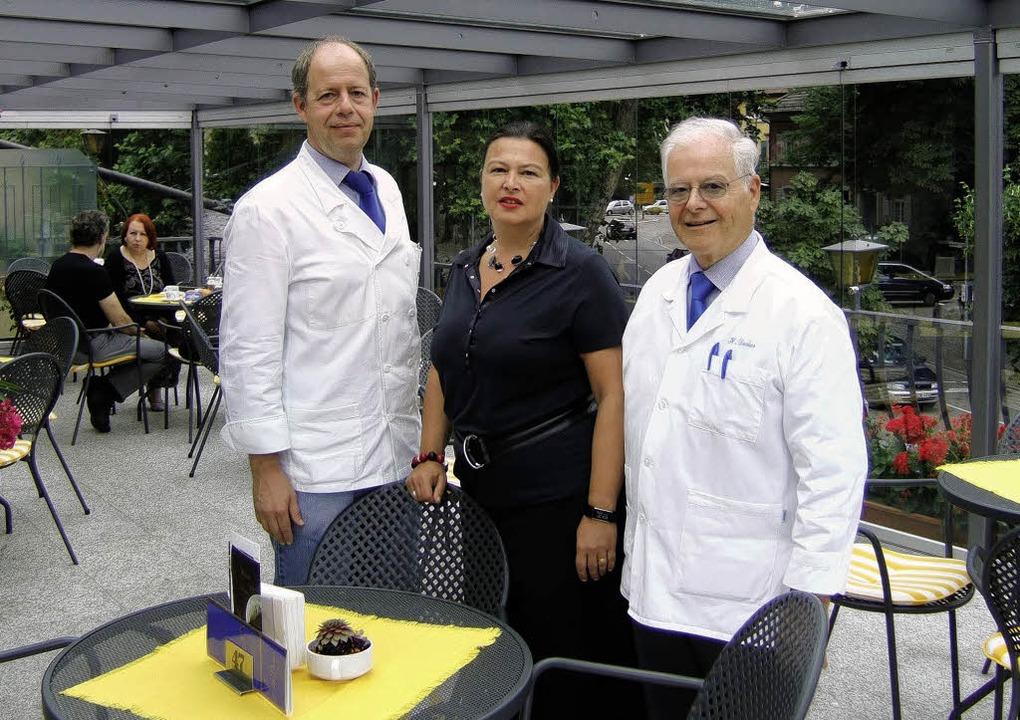 Markus Pahlke (links), Sabine Decker-P... ihrer neu gestalteten Sonnenterrasse     Foto: sam