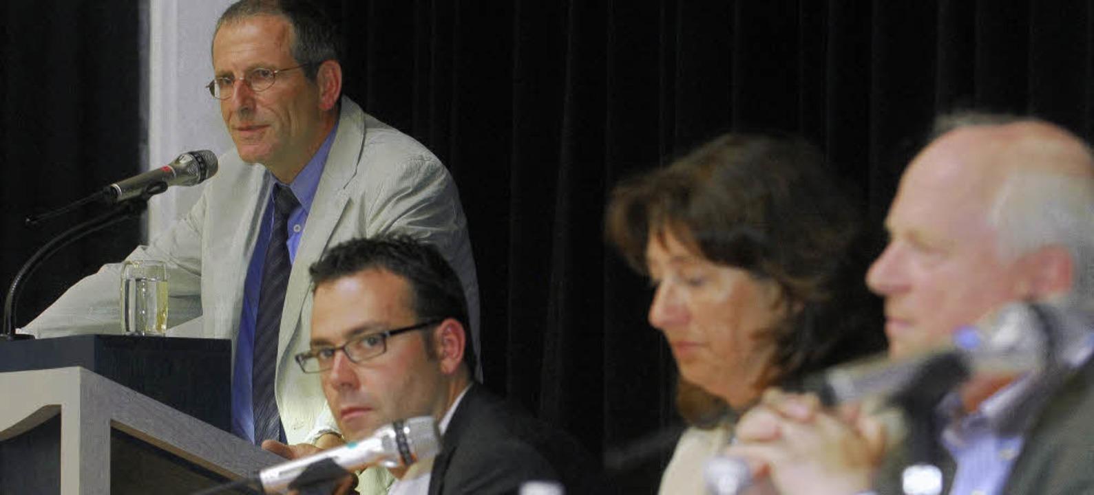 Eine Person als Programm: Wolfgang Alb...nerpult, das Tagungspräsidium hört zu.  | Foto: bamberger